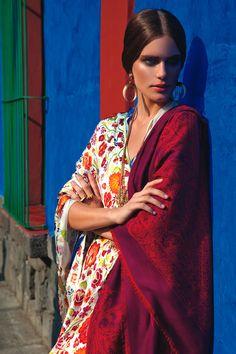 R& I / La fuerza de Frida Kahlo, Vogue Mexico / Photos: Michael Filonow, stylist: Lauri Eisenberg, hairstyle and makeup: Gianluca Mandelli Ethnic Fashion, Boho Fashion, Fashion Beauty, Floral Fashion, Fashion Trends, Vogue Uk, Boho Gypsy, Bohemian Style, Mexico Fashion
