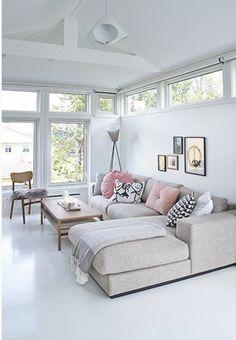 salon moderne avec canapé d'angle pas cher de couleur anthracite et lino blanc
