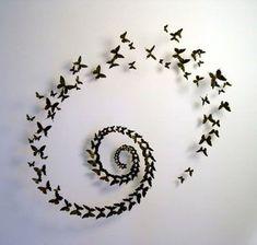 weiße wand mit interessanter dekoration - kleine schmetterlinge in schwarz…