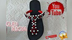 CHINELO COM TRAMA DE PÉROLA A PEDIDO, BY CLEO ROCHA Beaded Sandals, Jewelry Crafts, Flip Flops, Mocassins, Beadwork, Floral, Macrame, Youtube, Pasta