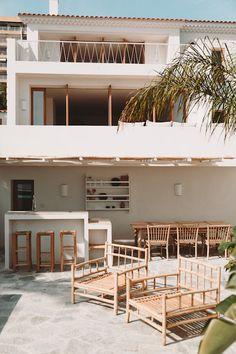 Casa Large Open Kitchens, Pivot Doors, Wooden Staircases, Beach Villa, Enjoy Summer, Outdoor Furniture Sets, Outdoor Decor, Corsica, Concrete Floors
