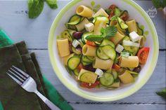 La pasta fredda alle zucchine è un'insalata di pasta piena di gusto, con il gusto delicato della zucchina, menta e lime: per un pranzo leggero.