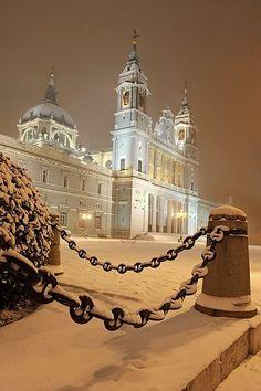Madrid. España, Catedral de La Almudena cubierta de nieve. #cabinmax #travel…