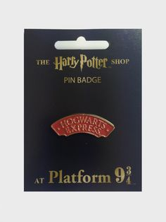 A metal pin badge featuring the logo for the Hogwarts Express. Harry Potter Badges, Harry Potter Shop, Harry Potter Style, Harry Potter Outfits, Harry Potter Theme, Hogwarts, Geek Mode, Bag Pins, Cool Pins