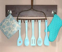 Per dare un tocco di stile country alla tua cucina utilizza un vecchio rastrello come questo! :) #domoenjoycooking