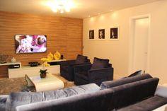 Sala deTV  Sofa em veludo azul acinzentado, com mesa de centro em laca branca e tecido da espaço moveleiro