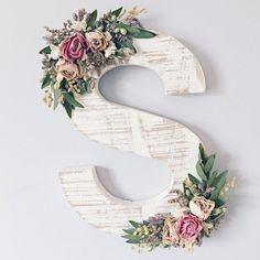 Ornate wildflower wood letter of your choice in need . # of her # ornate # wildflower wood letter - - Verzierter Wildblumenholzbrief Ihrer Wahl in Not . Flower Letters, Diy Letters, Letter A Crafts, Wood Letters Decorated, Decorate Wooden Letters, Decorative Wall Letters, Wooden Letter Decor, Painting Wooden Letters, Diy And Crafts