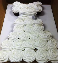 What a lovely cake idea for a bridal shower, engagement party, small wedding or First Holy Communion.  Could also be done in other colors for a girl's birthday party - even if she's a grown up girl ;)