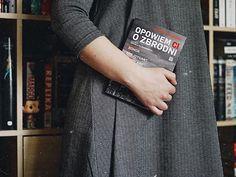 """Dzień dobry w niedzielę jak mija Wam weekend? U mnie w końcu lepiej ze zdrowiem naprawdę te ostatnie tygodnie dały mi w kość i musiałam odpuścić wiele spraw. Miałam też ambitne plany czytelnicze i niestety kilka książek musiało poczekać.   W lutym przeczytałam cztery książki z czego o trzech opowiem Wam dzisiaj na blogu.   Jedną z nich była """"Opowiem ci o zbrodni"""" którą otrzymałam od wydawnictwa Kompania Mediowa  bardzo lubię książki kryminalne oparte o prawdziwe wydarzenia i była to naprawdę… Book Instagram, Teak, Tote Bag, Books, Libros, Book, Totes, Book Illustrations, Tote Bags"""