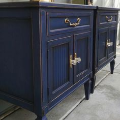 Small nightstands are made stunning with Chalk Paint® by Annie Sloan in Napoleonic Blue and Dark Chalk Paint® Wax Chalk Paint Bed, Blue Chalk Paint, Chalk Paint Furniture, Bar Furniture, Furniture Makeover, Accent Furniture, Diy Bar Cart, Gold Bar Cart, Bar Cart Decor