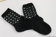 eilen tein: MUIJA Crochet Socks, Knitting Socks, Hand Knitting, Knitting Patterns, Knit Crochet, Knitting Accessories, Winter Accessories, Lots Of Socks, Patterned Socks
