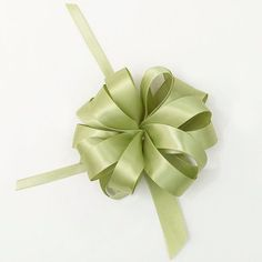 Easy Handmade Gift Bows for Christmas - Get the look of expensive department store gift wrap in no time and for little money. Top your Christmas gifts with beautiful handmade bows.