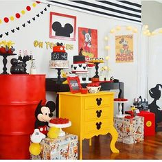 New Birthday Decorations Mice Ideas Mickey Mouse Birthday Theme, Mickey Mouse Parties, Mickey Party, Mickey Mouse Clubhouse, Minnie Mouse, Boy Birthday Parties, Friend Birthday, Birthday Table Decorations, Family Birthdays