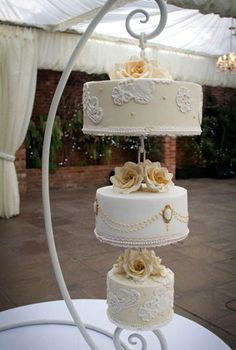 Hanging wedding cake by Gifted Heart Cakes | Visit wedding-venues.co.uk I like this idea