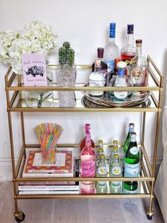 Bar Cart Ideas - There are some cool bar cart ideas which can be used to create a bar cart that suits your space. Having a bar cart offers lots of benefits. This bar cart can be used to turn your empty living room corner into the life of the party. Diy Bar Cart, Gold Bar Cart, Bar Cart Decor, Bar Cart Styling, College Living Rooms, Living Room Bar, College House, Canto Bar, Bandeja Bar