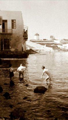 #Mykonos 1950-1955! Mykonos Island, Mykonos Greece, Athens Greece, Santorini, Greece Pictures, Old Pictures, Vintage Pictures, Greece History, Myconos