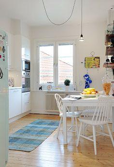 Hermosa Sala Blanca con Sofá Azul con Comedor Blanco | Cómo arreglar los Muebles en una Pequeña Sala de Estar? : La Sala y Comedor