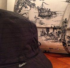 Sotto la pioggia con stile. Cappello pieghevole impermeabile Borsalino, cartella Le Grenier de Vivi