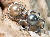 Pendentif trèfle à cinq feuilles avec deux perles de Tahiti, une de couleur bleu aux reflets roses de diamètre 10 millimètres ainsi qu'une autre perle de couleur champagne de diamètre 9.5 millimètres.