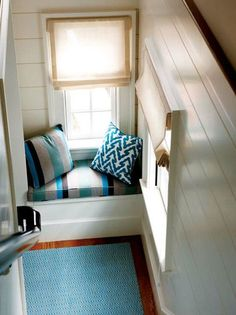 Stairway window seat @ House of Turquoise House Of Turquoise, New England Homes, Cozy Nook, Blog Deco, My Living Room, Living Spaces, Stairways, Decoration, Architecture