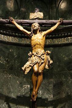 """Santisímo Cristo de la Expiración (El Cachorro)  / talla de madera policromada, de 1,89 metros de altura, realizada en el año 1682 por Francisco Ruiz Gijón, último gran Crucificado de la imaginería sevillana / Una de las más extendidas interpretaciones del apodo """"Cachorro"""" hace referencia al modelo tomado por el artista, un gitano de las Herrerías que murió de forma violenta y con el rostro crispado por el dolor de la agonía."""