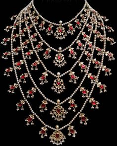 satlada – good design – could've used a few emeralds beads - Gold Jewelry India Jewelry, Pearl Jewelry, Gold Jewelry, Jewelery, Beaded Jewellery, Gold Necklaces, Diamond Jewellery, Trendy Jewelry, Indian Wedding Jewelry