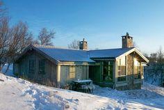 Vi fikk i oppdrag å tegne et tilbygg til en eksisterende hytte. Hytta ble opprinnelig bygget for 30 år siden, og nå skulle hytta utvides med ny stuedel og inngangsparti. Hytta ligger dramatisk til helt på kanten av en bratt dalside. Beliggenheten gir en dramatisk og spennende utsikt både ne Cottage, Cabin, House Styles, Home Decor, Home, Room Decor, Cottages, Home Interior Design, Cabins