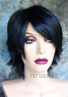 """Gótico Negro Azabache Con Peluca Pelo Azul destaca/- ver título original : Black hair with blue highlight - bonus points for the """"Nirvana"""" watermark and mannequin vaguely resembling Courtney Love (minus points for being a wig) 30s Hairstyles, Short Black Hairstyles, Black Hair With Blue Highlights, Courtney Love, Great Hair, Hair Dos, Hair Inspiration, Wigs, Short Hair Styles"""