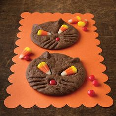 Where was this when I was looking for super easy? Black Cat Cookies for Halloween: The candy corn eyes take on a unique look when baked. Makes 3 dozen cookies. Prep is 45 minutes. Really basic ingredients. Fröhliches Halloween, Dessert Halloween, Halloween Cookie Recipes, Easy Halloween Crafts, Halloween Goodies, Holidays Halloween, Halloween Treats, Halloween Clothes, Halloween Baking