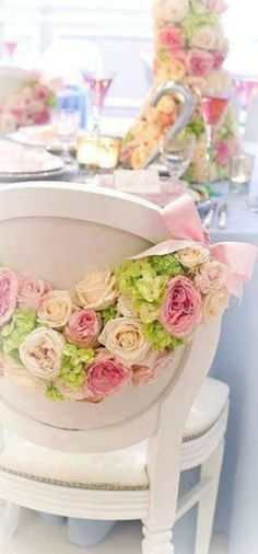 guirnalda de rosas para decorar las sillas de los novios