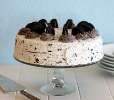 This Oreo Cake has two layers a rich, moist chocolate cake filled and covered in a light Oreo whipped cream frosting! It makes a great birthday cake. Cookies Oreo, Cupcakes Oreo, Cookies And Cream Cake, Cupcake Cakes, Oreo Truffles, Oreo Pops, Oreo Fluff, Best Birthday Cake Recipe, Cool Birthday Cakes