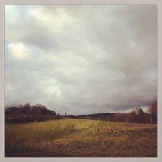 Graue Wolken – Auf den Spuren von Caspar David Friedrich / #grafinesse #picturesque #grauewolken #blumfeld #caspardavidfriedrich