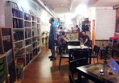 El Rincón de Momo es un espacio híbrido localizado en Calle Santa Teresa de Jesús, 28 (cerca de Plaza San Francisco) en el que encontraréis una tranquila zona de cafetería con exposiciones culturales y libros que poder leer, intercambiar o tomar prestados para su lectura. #libreria #zaragoza