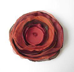 Anstecker - Blüten - Anstecker Herbst Satin-Organza-Blüte braun-rot - ein Designerstück von soschoen bei DaWanda