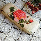 Купить или заказать Футляр для очков Шебби Розы белый. Декупаж в интернет-магазине на Ярмарке Мастеров. Прелестный очешник из коллекции Яшебби Розы идеально дополнит Ваш романтичный летний образ и безусловно привлечет внимание окружающих. Отличный и недорогой подарок ручной работы на любой случай маме, сестре, коллеге или подруге. Очечник многослойно покрыт акриловым лаком. Другие предметы из коллекции Шебби Розы можно увидеть здесь www.livemaster.ru/marhan?