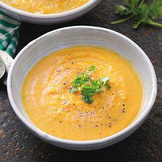 Recept - Snelle Thaise pompoensoep - Allerhande De soep is fluweelzacht en heel lekker maar wel erg pikant. Persoonlijk doe ik er volgende keer minder gele currypasta bij.