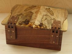 A beautiful box with wooden hinges inspired by friends — Sandal Woods Small Woodworking Projects, Woodworking Plans, Wood Projects, Workbench Plans, Wooden Hinges, Box Maker, Wood Joints, Got Wood, Wood Chest