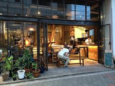 glass frontage with greenery Bakery Design, Cafe Design, Store Design, Cafe Bar, Cafe Restaurant, Cozy Coffee Shop, Sidewalk Cafe, Brick And Wood, Prefabricated Houses