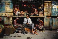 Steve McCurry, At the Shoemaker, Mumbai, India, 1996