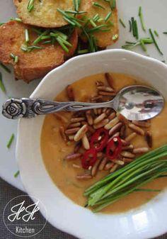 Chili Ingwer Suppe mit Pinienkernen