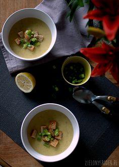 krem z ziemniaków z zieloną cebulką. przepyszny, szczególnie posypany pysznymi grzankami.