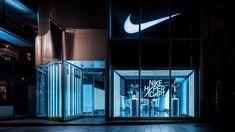 写真3/11|ナイキ、自動靴ひも調整シューズ「ナイキ ハイパーアダプト 1.0」を発売 - 原宿に限定ストア - ファッションプレス Retail Interior Design, Retail Store Design, Modern Interior Design, Display Design, Booth Design, Nike Retail, Nike Store, Interior Concept, Commercial Design