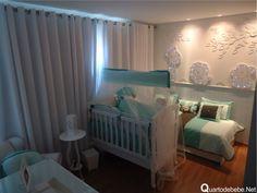 quarto de bebê safari azul e marrom com painel 3d de girafa, leão e elefante iluminado com LED