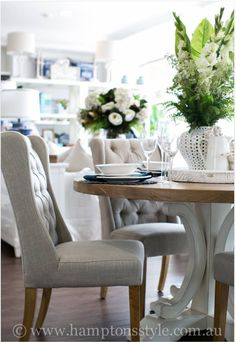 We love elegant dining rooms with round tables Dining Nook, Dining Table Chairs, Round Dining Table, Round Tables, Console Tables, Hamptons Style Decor, Hamptons House, Dining Room Inspiration, Reno