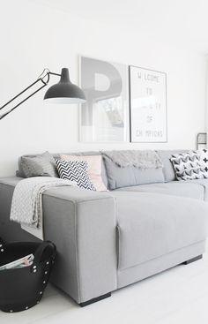 Woonkamer inspiratie | Lichte woonkamer in wit, grijs en zwart met vleugje roze | Interieurinspiratie