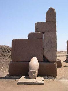 Tête d'un colosse qui ornait le grand portail de Sheshonq III du grand temple d'Amon de Tanis.