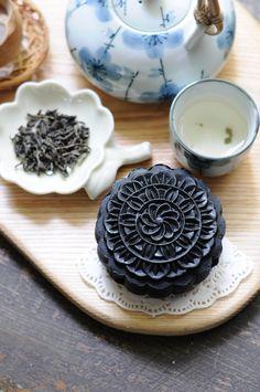 Takesumi (Bamboo Charcoal Powder Mooncake)