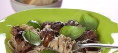 Pasta med kødboller, champignon, parmasan og basilikum. Nem og lækker aftensmad. Klik her og se opskriften