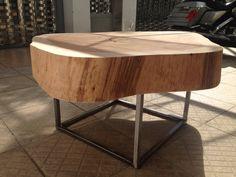 Mesa de centro com 1,10 mts de diâmetro e 45 cms de altura. Peso = 120 kgs Pés em aço com acabamento lixado e verniz. Acabamento cru