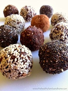 Look at these tasty protein balls with very delicious coatings like chia seeds and cacao nibs. The ingredients are clean and the outcome is delicious!